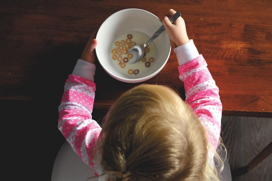 toddler eating cheerios